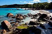 Sabdstrand mit Felsen, Seekajaktour mit Katamaran als Basislager auf den Seychellen, Indischer Ozean