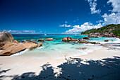 Sandstrand auf den Seychellen, Seekajaktour mit Katamaran als Basislager auf den Seychellen, Indischer Ozean