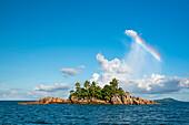 Insel mit Regenbogen, Seekajaktour mit Katamaran als Basislager auf den Seychellen, Indischer Ozean