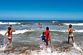 Kinder laufen ins Meer, Playa del Ingles, Gran Canaria, Kanarische Inseln, Spanien