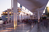 Langzeitbelichtung von Menschen am Kreuzfahrtterminal mit Kreuzfahrtschiff MS Deutschland (Reederei Peter Deilmann) in der Abenddämmerung, Malaga, Andalusien, Spanien, Europa