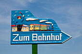 Sign showing the way to the railway station, Borkum, Ostfriesland, Lower Saxony, Germany
