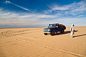 Bedouin wit Jeep in the libyan desert, Erg Murzuk, Libya, Sahara, North Africa