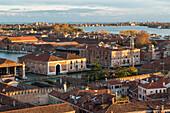 Blick von Kirchturm in das ehemalige Werftkomplex Arsenale, seit einigen Jahren Standort für Biennale, Lagune von Venedig