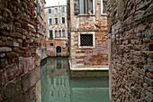 Kanal, Spiegelung, leer, menschenleer, Wasser, Brackwasser, Ziegelmauern, Zerfall, Erosion, Venedig, Italien