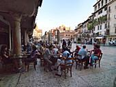 Straßencafe, Piazza delle Erbe, Verona, Venetien, Italien