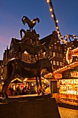 Statue of the Bremen town musicians and stalls at the Christmas market in Bremen, Germany, Europe