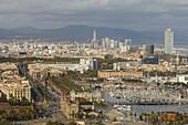Blick über Barcelona vom Berg Montjuic, Placa del Portal de la Pau mit Kolumbussäule, Monument a Colom, Port Vell, alter Hafen, Barcelona, Katalonien, Spanien, Europa