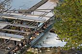 Schwellenmaetteli Café über der Aare in Bern, Schweiz