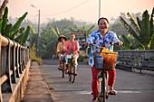 Einheimische beim Fahrradfahren, in An Binh im Mekong-Delta bei Vinh Long, Vietnam