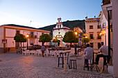Abendliche Stimmung und Bartische auf der Plaza in Almonaster la Real, Sierra de Aracena, Huelva, Andalusien, Spanien