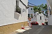 Mann streicht Haus weiss, Gaucin, Serrania de Ronda, Provinz Malaga, Andalusien, Spanien