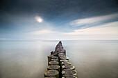 Buhnen am Ostseestrand mit Wolkenspuren in der Langzeitbelichtung, Nationalpark Vorpommersche Boddenlandschaft, Wustrow, Fischland-Darß-Zingst, Mecklenburg Vorpommern, Deutschland
