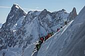 Abstieg von der Aiguille du Midi Gipfelstation zur Abfahrt ins Vallee Blanche, Aiguille du Midi 3842 m, Chamonix, Frankreich