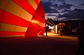 Ballonfahrer früh morgens in Göreme, Kappadokien, Türkei