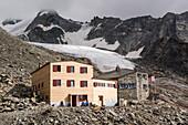 Die Domhütte mit ihrem ursprünglichen Hüttenteil rechts und einem neuen Anbau links, dahinter der Festigletscher, Mattertal, Walliser Alpen, Kanton Wallis, Schweiz