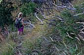 Junge Frau wandert in den Bergen an einem sonnigen Tag, Oberstdorf, Bayern, Deutschland