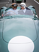 1959 Aston Martin DBR1 , Fahrer Tony Brooks (L) und Sir Stirling Moss (R), Jim Clark Parade, Goodwood Revival, Rennsport, Autorennen, Classic Car, Chichester, Sussex, England, Großbritannien