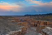Abendliche Wolken über Scharyn Canyon, Tal der Schlösser, Scharyn Nationalpark, Region Almaty, Kasachstan, Zentralasien, Asien
