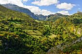 Ausblick auf die Bergkulisse nahe Asiego de Cabrale, Gebirge Parque Nacional de los Picos de Europa, Asturien, Asturias, Spanien