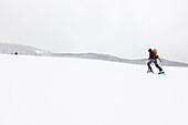 Skitourengeherin beim Aufstieg zur Hochplatte, Tirol, Österreich