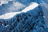 Skifahrer in der Neue-Welt-Abfahrt, Zugspitze, Ehrwald, Tirol, Österreich
