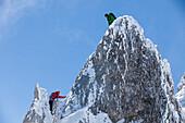 junges Paar beim Klettern im Winter am Hochwannig, Ehrwald, Mieminger Berge, Tirol, Österreich