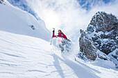 junges Paar beim Bergsteigen im Winter am Hochwannig, Ehrwald, Mieminger Berge, Tirol, Österreich