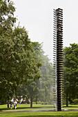 Brunnen und Skulptur <Large Vertebrae> von Henry Moore in Grünanlage beim Aasee , Münster , Münsterland , Nordrhein-Westfalen , Deutschland , Europa