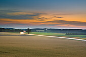 Abendhimmel bei Puchheim mit Blick auf die Bundesstraße B2 in Richtung Fürstenfeldbruck, Puchheim, Bayern, Deutschland