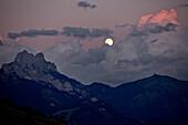 Vollmond zwischen Wolken am Abendhimmel in den Bergen, Rote Flüh, Gimpel, Hochwiesler, Tannheimer Tal, Tirol, Österreich