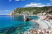 Beach with parasols and sun loungers, Monterosso al Mare, Cinque Terre, Rivera di Levante, UNESCO World Heritage Site, Liguria, Italy, Europe