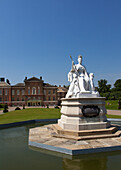 Queen Victoria Statue and Kensington Palace, Kensington Gardens, London, England, United Kingdom, Europe