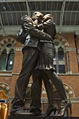 The Meeting Place statue, 9m high bronze statue of a couple locked in an intimate pose by the world renowned sculptor Paul Day, St. Pancras station, London, England, United Kingdom, Europe