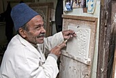 Craftsman at work on stucco carving, the Souk, Marrakech (Marrakesh), Morocco, North Africa, Africa