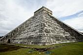 Kukulkan Pyramid, Mesoamerican step pyramid nicknamed El Castillo, Chichen Itza, UNESCO World Heritage Site, Yucatan, Mexico, North America