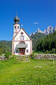 Church, Val di Funes, Bolzano Province, Trentino-Alto Adige/South Tyrol, Italian Dolomites, Italy, Europe