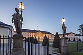 Schloss Bellevue,  Sitz des Bundespräsidenten,  Dämmerung,  Berlin