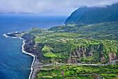 Steilküste mit Terrassen, Klippen und Bergen zwischen Faja Grande und Fajazinha, Insel Flores, Azoren, Portugal, Europa, Atlantik