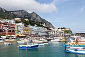Marina von Capri, Insel, Golf von Neapel, Boote, Fischerhafen, Felseninsel, Wasser, Sehnsucht, Bucht, Küste, Hafen, Berge, Golf von Neapel, Kampanischer Archipel, Mittelmeer, Urlaub, Tourismus, Romantik, malerisch, Promenade, Insel, Italien