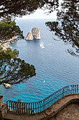 Faraglioni Felsen, Insel Capri, Aussicht, Bucht, Küste, Berge, Golf von Neapel, Kampanischer Archipel, Mittelmeer, blaues Wasser, Urlaub, Tourismus, Romantik, malerisch, Insel, Italien