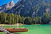 Lake Lago di Braies (Pragser Wildsee) with jetty and rowing boat beneath mountain Seekofel in autumn, Nature Park Fanes-Sennes-Braies, Val Pusteria Valley, Sesto, Dolomites, South Tyrol, Veneto, Alto Adige, UNESCO world heritage side, Italy, European Alps