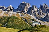 chapel at Kemater Alm, mountain range of Kalkkögel with Schlicker Seespitze, Grinzens, Stubai valley, Hinteres Oberbergtal, Stubai Alps, Tyrol, Austria, European Alps, Europe