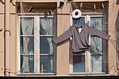 costume de marin et filet de peche accroches a la facade d'un restaurant du vieux bassin de honfleur, port de plaisance, honfleur, (14)calvados, region basse-normandie, france