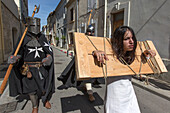 festival of saint louis, within the city walls actors stroll around the old town, medieval festival, celebration of the 800 year anniversary of the birth of louis ix, aigues-mortes, gard (30), france