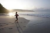 Beach No.7, oder auch Radhanagar Beach, Schnorchlerin morgens, Wald ohne Palmen, Westkueste, Havelock Island, Andaman Islands, Union Territory, India