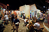 Restaurants in Rua da Baderna (links) und Rua das Pedres (rechts), Kopfsteinpflaster, Zentrum von Lencois, Hauptort, Ausgangspunkt fuer Chapada Diamantina National Park, Bahia, Brasilien