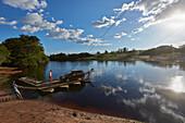 Ueberqueren des Flusses Paraguacu, Faehre wird an Stahlseilen gehalten, nahe der Hoehle Poco Azul, oestlich des Chapada Diamantina National Park, Andarai, Bahia, Brasilien