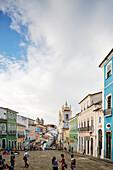Largo do Pelourinho, bekanntester Platz der Altstadt, blaue Kirche ist Nostra Senora do Rosario dos homens Preto, hinten Igreija / Convento do Carmo, historisches Zentrum, Pelourinho, Salvador de Bahia, Bahia, Brasilien