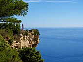 2 people on a cliff watching the sea view around Cassis Var france